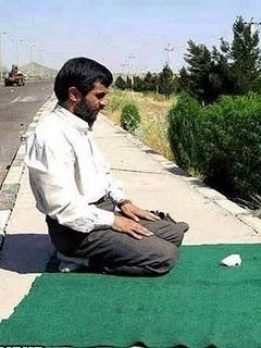 Mahmoed Ahmadinejad sholat di trotoar